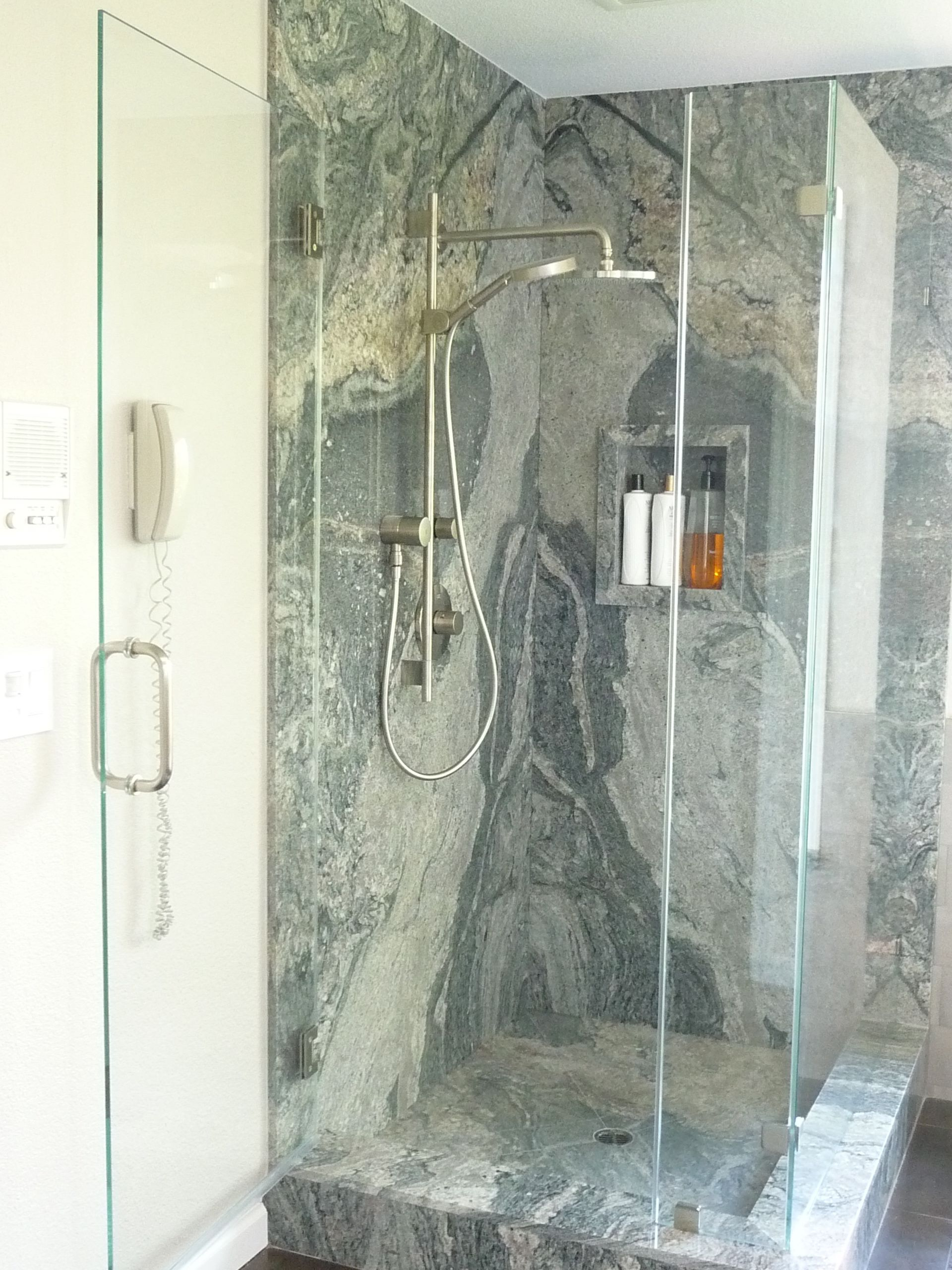 Piracema White Slab Shower